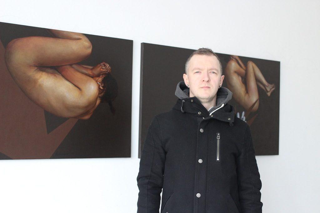 yuriy-koval-na-fone-sobstvennyh-rabot-v-ekspozicii-finalnoy-vystavki