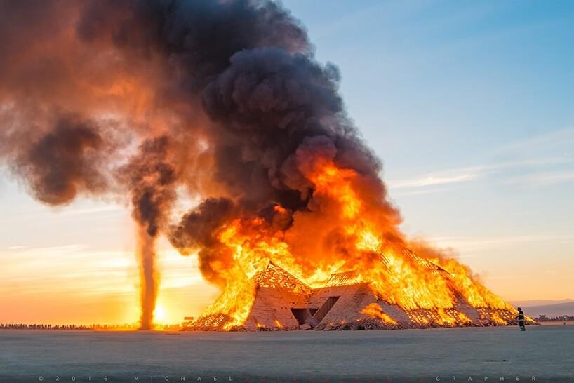 Ежегодное шоу инсталляций на фестивале Burning Man