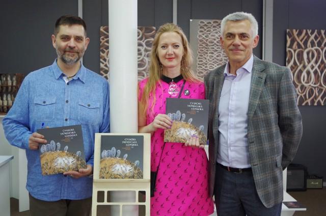 Автори книги Орест Голубець, Володимир Хижинський,Олеся Дворак-Галік