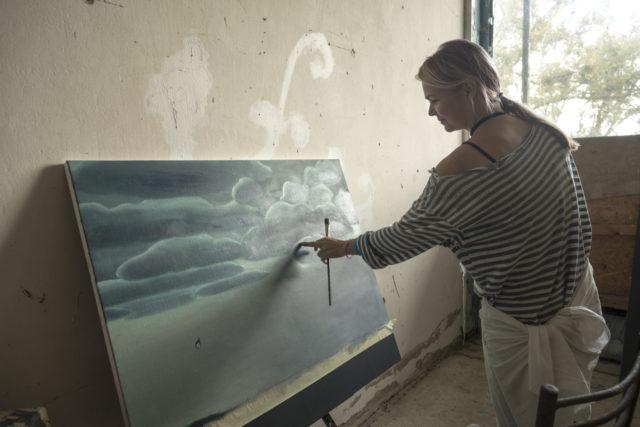 Альона Науменко за роботою на резиденції BIRUCHIY