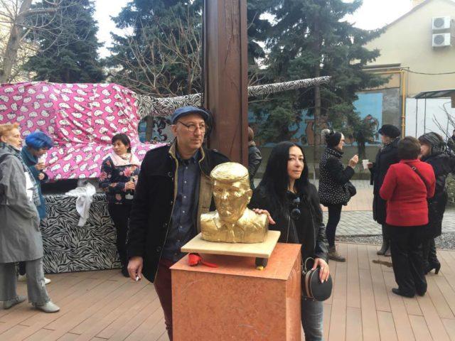 Авторы проекта «Миру - мир» - «Мобильные памятники» - художник  Bondero, куратор  Константин Дорошенко и скульптор Полина Вербицкая.