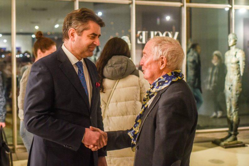 Посол України у Празі Євген Перебийніс та український художник Михайло Щиголь